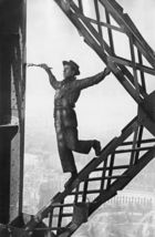 in focus Fotografie - Marc Riboud, Painter of the Eiffel Tower, Paris 1953